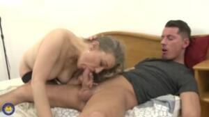 Es impresionante ver a esta vieja en una escena porno mexicana