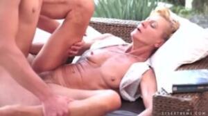 Disfruta penetrando la chocha peluda en porno para mujeres