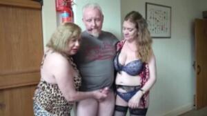 Dos maduras de vaginas peludas se encargan de complacer a un vecino