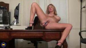 Porno colombiano con una madura masturbándose muy bien
