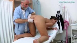 Su ginecólogo de pornohub la desnuda para meterle cosas por el coño